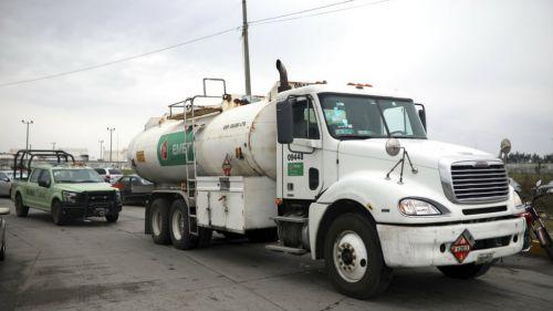 Pipa de Pemex transporta combustible