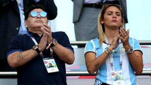 Diego Armando Maradona y Rocío Oliva en el partido contra Francia
