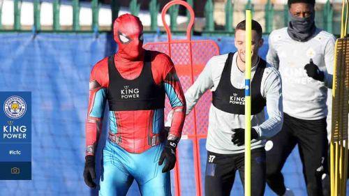 Vardy disfrazado de Spiderman en entrenamiento