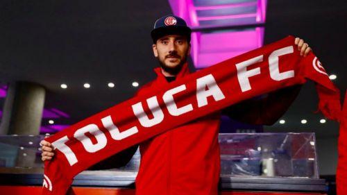 Federico Mancuello posa con una bufanda del Toluca