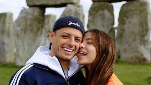 Sara Kohan y Chicharito durante un viaje