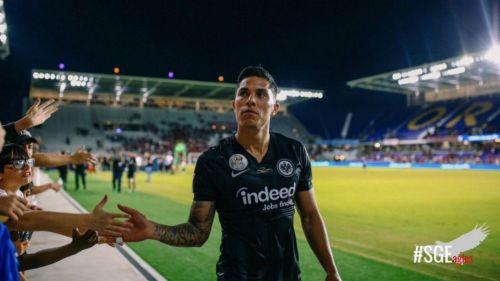Carlos Salcedo saluda a la afición del Eintracht