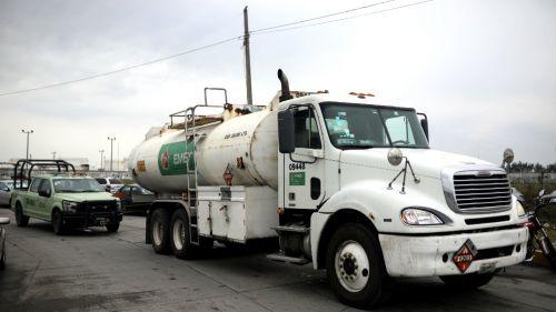 Pipa transporta gasolina para abastecer estaciones