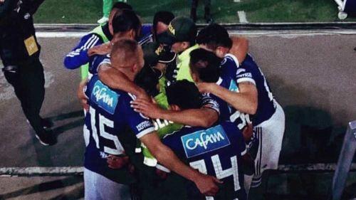 Abrazando policías, jugadores de Millonarios celebraron gol frente a América
