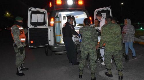 Soldados atienden a un herido de la explosión en Tlahuelipan