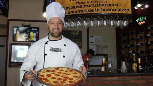 Vicente Matías Vuoso posa con una pizza