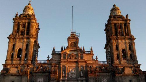 Persona intentaba arrojarse desde la cúpula de la Catedral de la CDMX