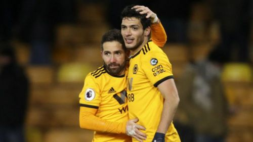 Joao Moutinho y Raúl Jiménez festejan un gol con el Wolverhampton