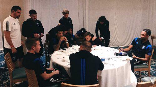 Jugadores del San José Earthquakes se reúnen para hablar sobre su juego