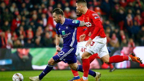 Jugadores del Standard y del Anderlecht disputando el balón