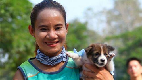 Maratonista posa con el cachorro que rescató