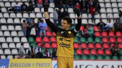 Gaspar Servio festeja en un juego de Dorados