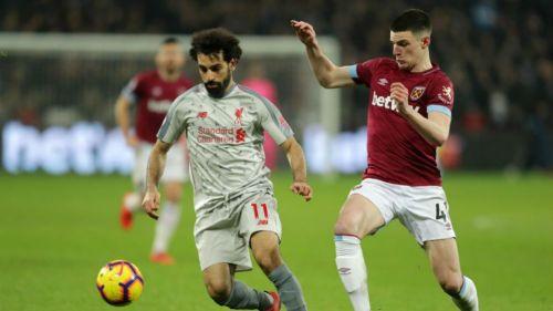 Jugadores de Liverpool y West Ham disputan un balón