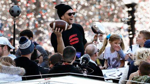 Tom Brady se divierte durante el desfile