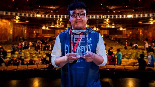 MkLeo, posando con su trofeo de Genesis 6