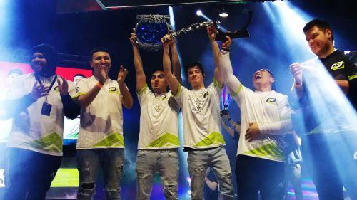 Los integrantes de OpTic Gaming, contentos tras ganar el torneo en México