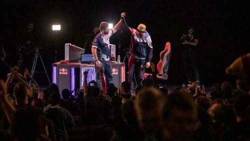 Hungrybox levanta el brazo de Axe tras la Final de Melee en Genesis 6