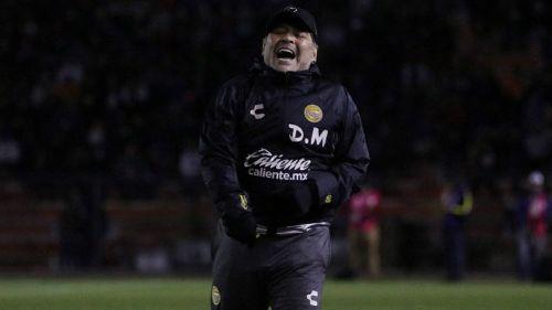 Diego Armando Maradona durante un juego con Dorados