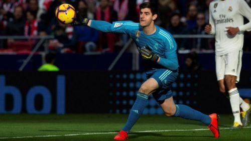 Courtois despeja un balón en el Derbi Madrileño