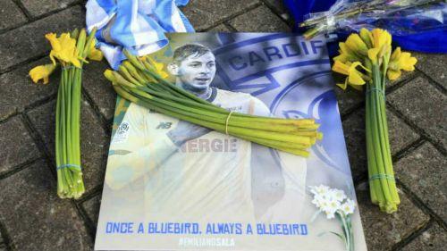 Afición deja flores en memoria de Emiliano Sala