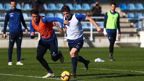 Moreno (i) busca el esférico en el entrenamiento de la Real