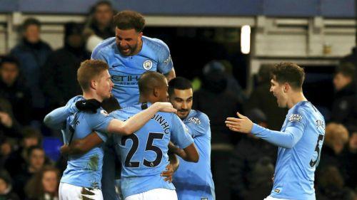 Jugadores del Manchester City festejan anotación en juego de Copa