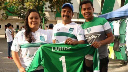 Aficionados del Zacatepec con el jersey de Pablo Larios