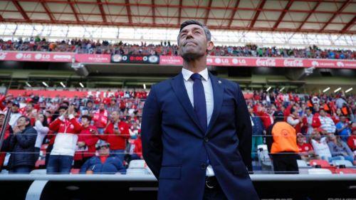 Pedro Caixinha observa el juego entre Cruz Azul y Toluca del C2019