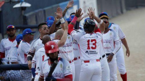 Jugadores de Panamá celebran una carrera