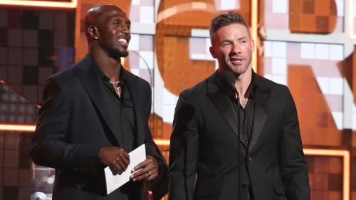Devin Mc Courty y Julian Edelman presentan premio en los Grammy