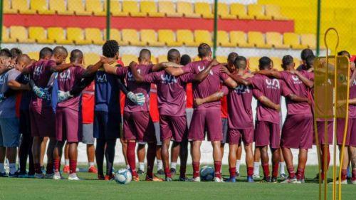 Jugadores del Bangú abrazados en memoria de víctimas de Flamengo