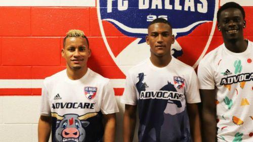 Jugadores del Dallas FC posan con los jerseys de broma