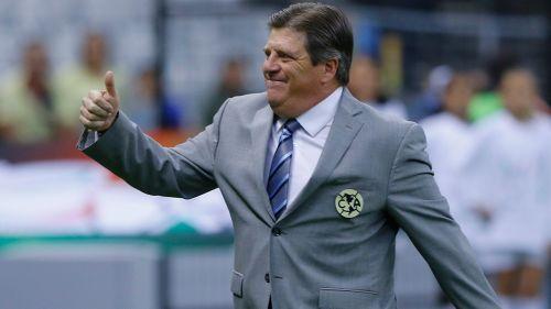 Herrera levanta el pulgar a los aficionados del América