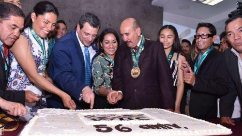 El pastel del 56 aniversario siendo partido