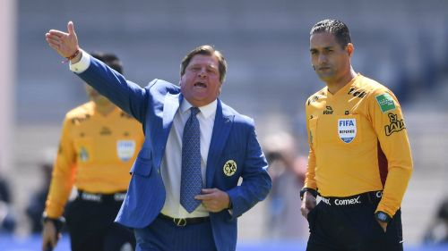 Herrera intercambia palabras con uno de los árbitros