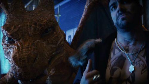 Charizard y Omar Chaparro durante la película