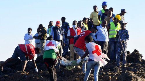 Elementos de la Cruz Roja hacen los trabajos correspondientes