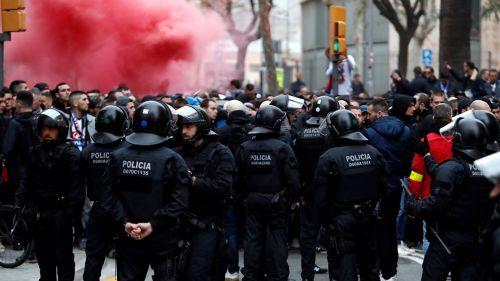 Policía resguarda a afición del Lyon previo a juego de Champions