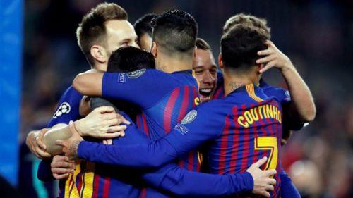 Jugadores de Barcelona festeja gol contra Lyon