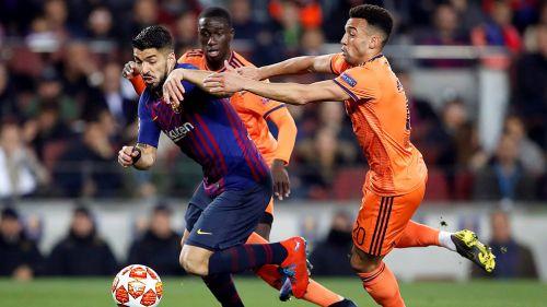 Luis Suárez aguanta jalón en juego contra Lyon