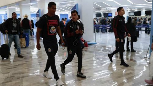 Jugadores de Chivas en el aeropuerto