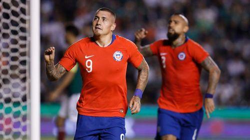 Nico Castillo festeja un gol con Chile