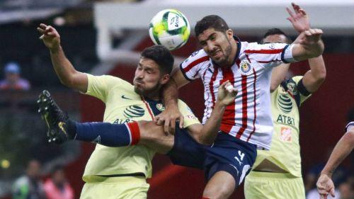 Bruno Valdez y Jair Pereira, luchan por la esférica