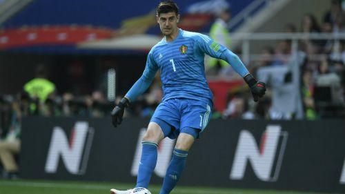 Courtois hace un pase a un compañero en la Copa del Mundo de Rusia