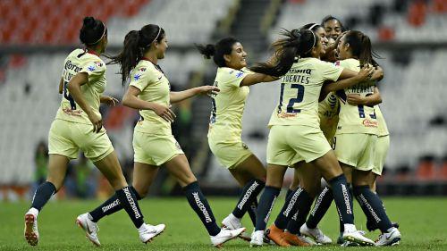 América Femenil celebra victoria en el Estadio Azteca