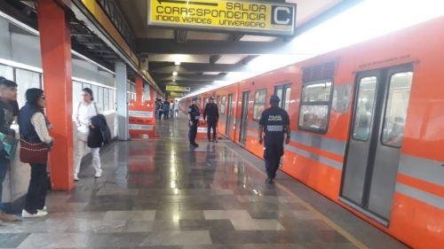 Usuarios utilizan el Metro de la Ciudad de México