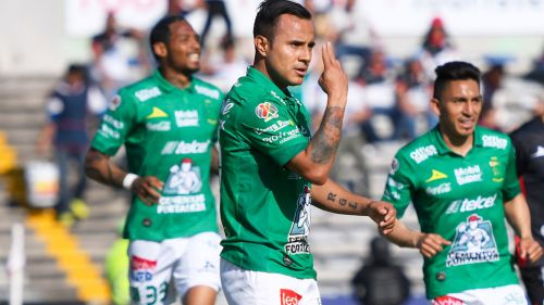 Luis Montes festeja gol ante Lobos BUAP en la J10