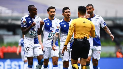 Jugadores del Pachuca reclamándole al árbitro