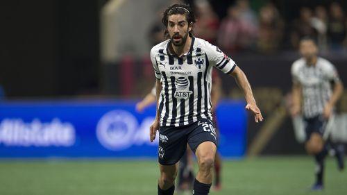 Rodolfo Pizarro conduce el balón en juego de Rayados