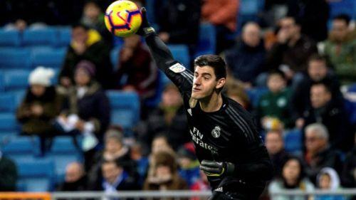 Courtois lanza un balón en partido del Real Madrid